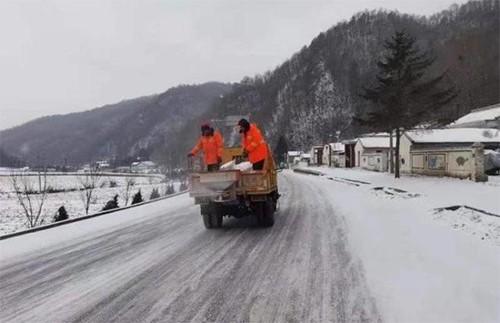 公路人抛撒融雪剂 再战冰雪保畅通