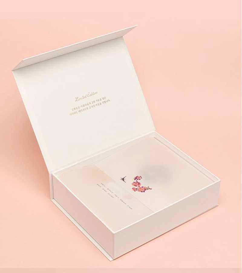 浅色系高档化妆品礼盒设计