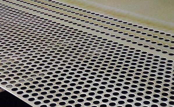 钢板冲孔网在冲孔的时候要注意的问题
