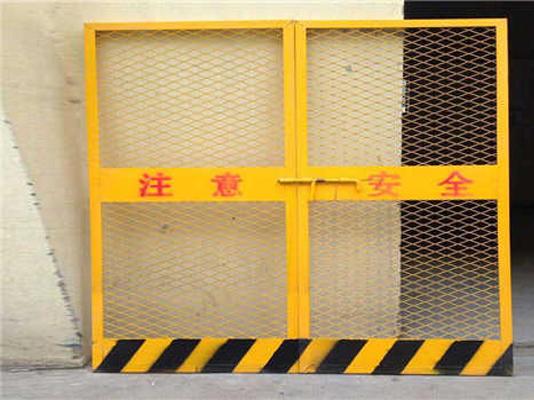 对施工电梯防护门的防腐处理以去除危险因素