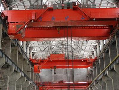 工程起重机上车自由定位的油路和制动器的联动控制法