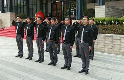 無論天氣多么寒冷我們的保安依舊任職在崗