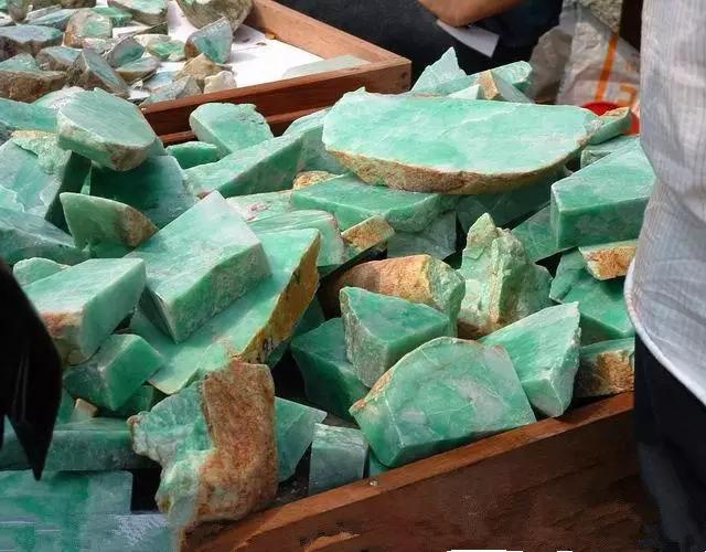 看看缅甸人原石造假,坑的就是赌石想一夜暴富的人!