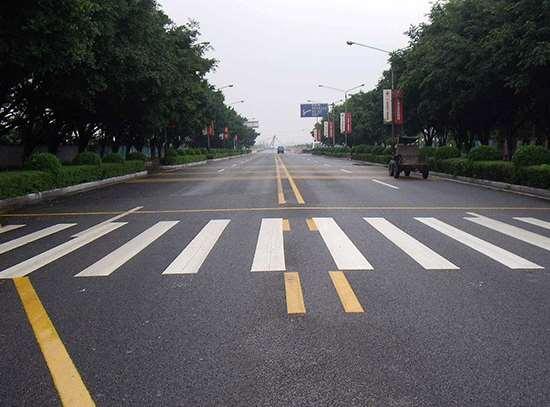 道路标线施划是人工还是借助设备