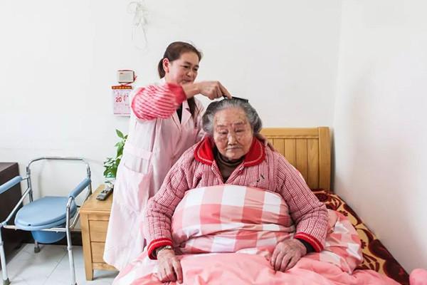 养老护理院早上的梳头