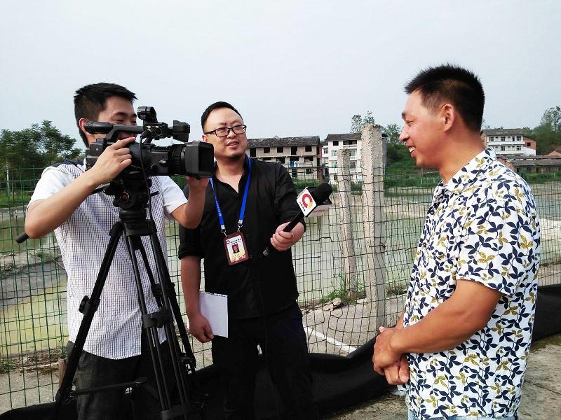 重庆电视台科技频道来我场作专题采访