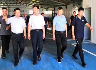 县委书记丁峰在小泊头镇调研渔网公司网具产业