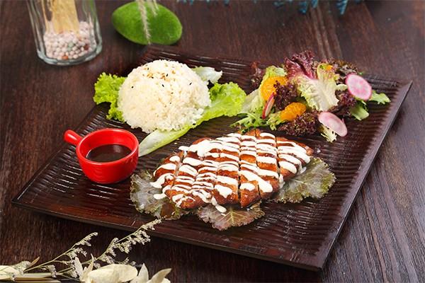 炸猪排套餐配米饭