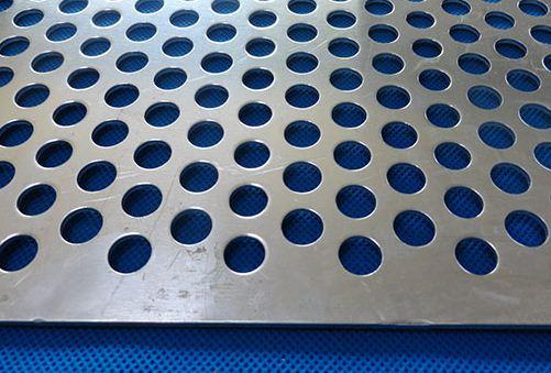 防止不锈钢冲孔网制品拉伸开裂的方法
