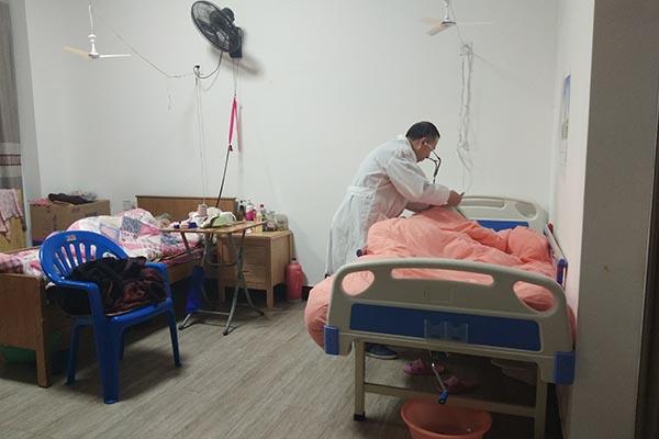 福海老龄公寓说一说养老院的工作人员是如何帮助长期卧床老人清洗头发的呢?