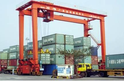 广州鱼珠穗林码头 轮胎式集装箱门式起重机