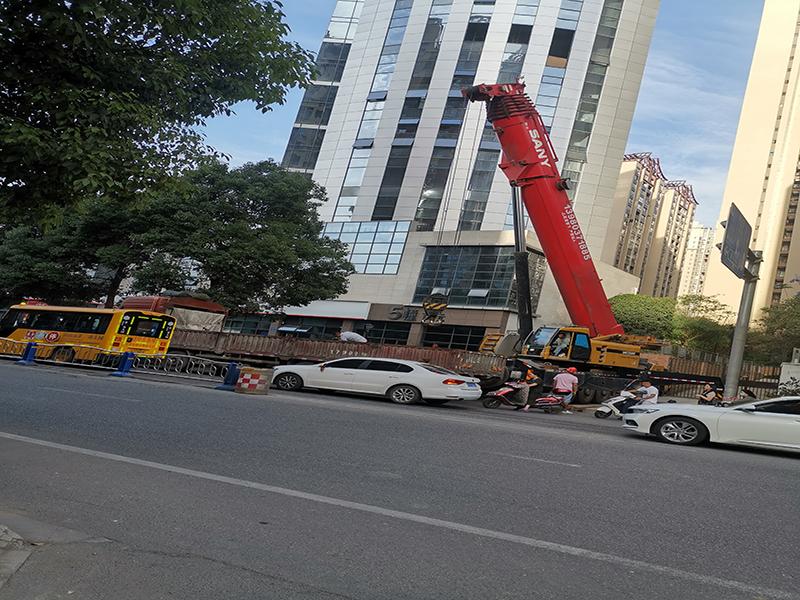 眉山合盛吊装租赁公司吊车在阳光天天向上施工