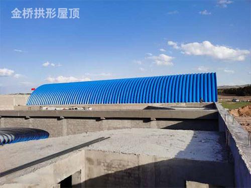 彩钢拱形棚生产厂家叙述金属材料拱形屋顶与彩刚平屋面的差别