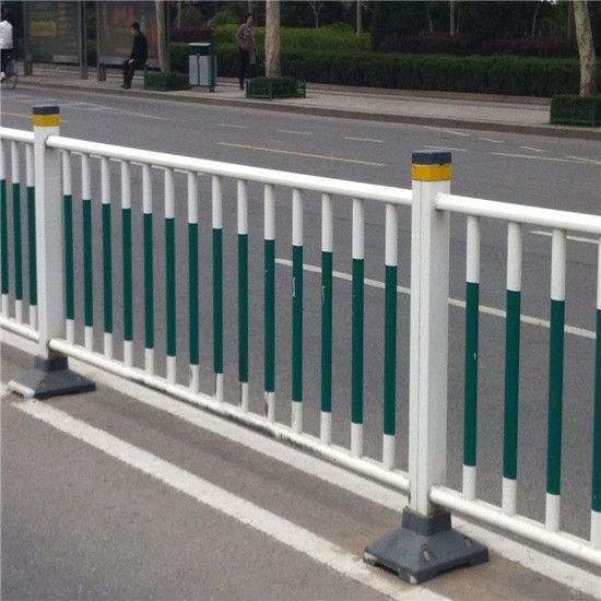 道路中间隔离护栏的防撞性能问题