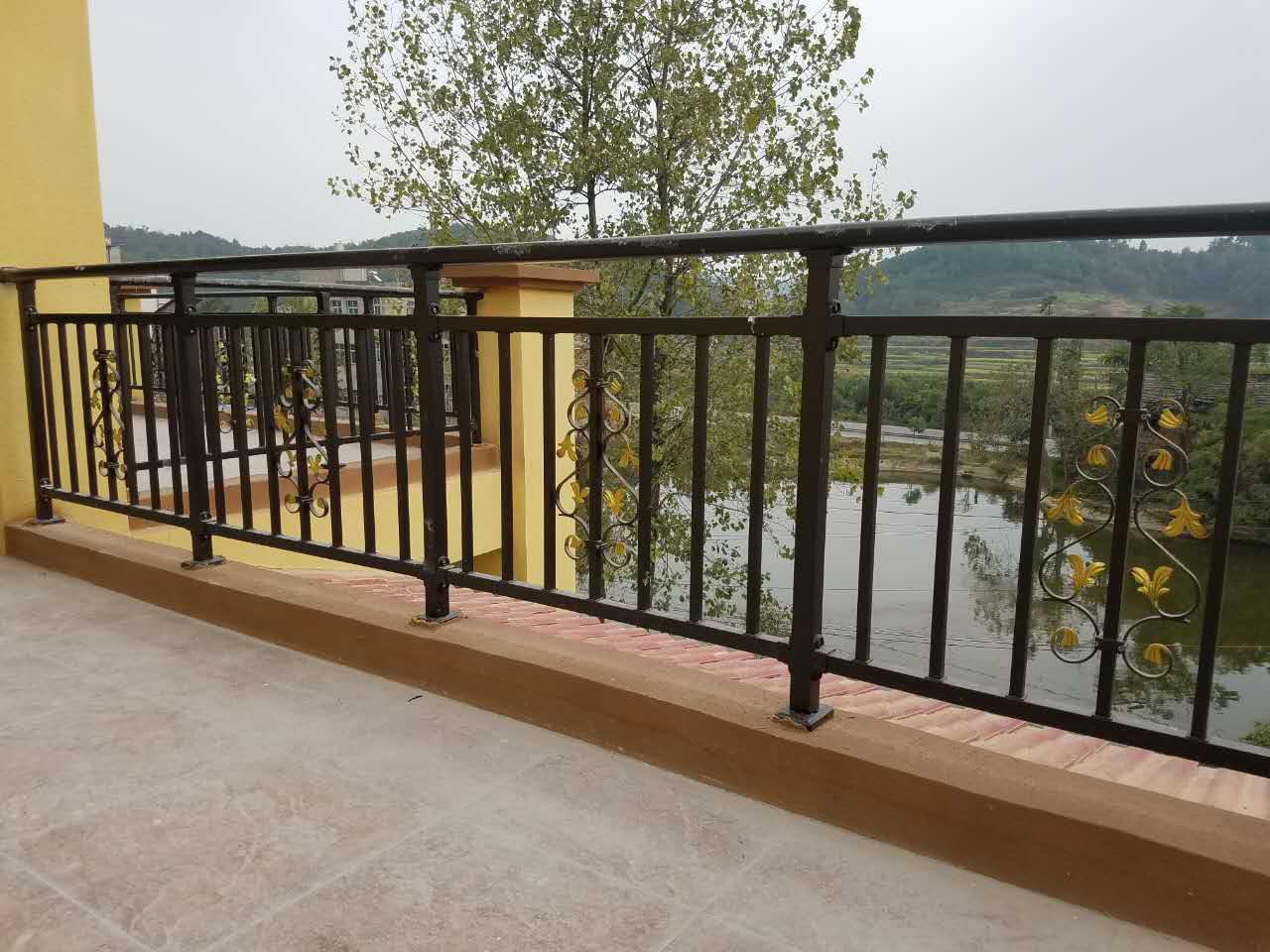 阳台护栏用什么材料好?栏杆之间的间距多少比较安全?