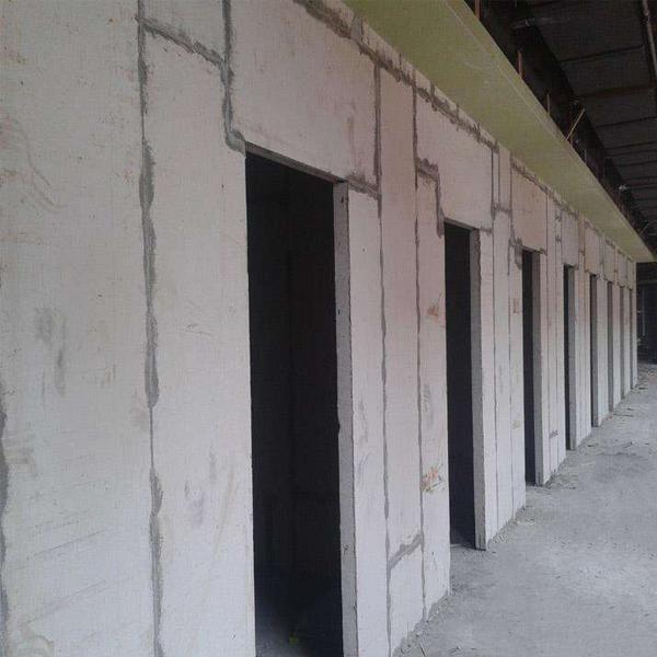 轻质隔墙板在安装施工中应怎样避免扬尘与开裂问题