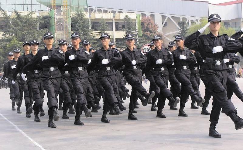 日常生活中,关于小区保安的基本职责