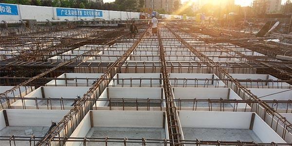 榕创建材的工作人员来说说混凝土空心楼盖的施工工艺流程