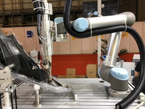 优傲机器人双臂组装应用
