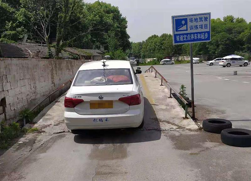 学车时,有的学员练车很刻苦,大家也以为他没什么问题,可是考试却出人意料地挂了。