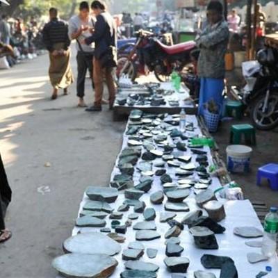 缅甸翡翠价值不菲,缅甸最大的玉石市场却像菜市场一样拥挤简陋