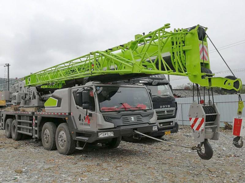中联ZTC700大型汽车吊