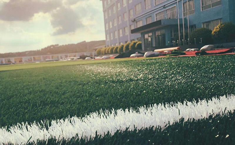 人造草坪的安全性高吗