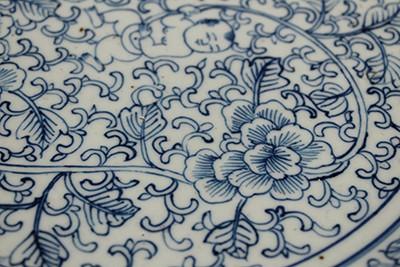 青花缠枝花卉纹 婴戏图大盘
