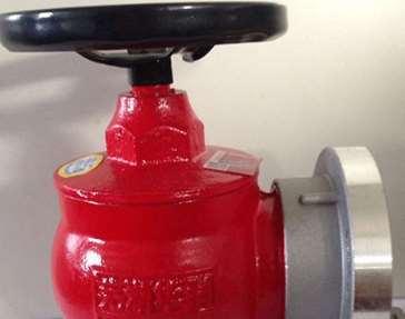 正确利用消防栓的方式