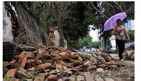 福州多处围墙倒塌 业内:水泥砂浆配比不严