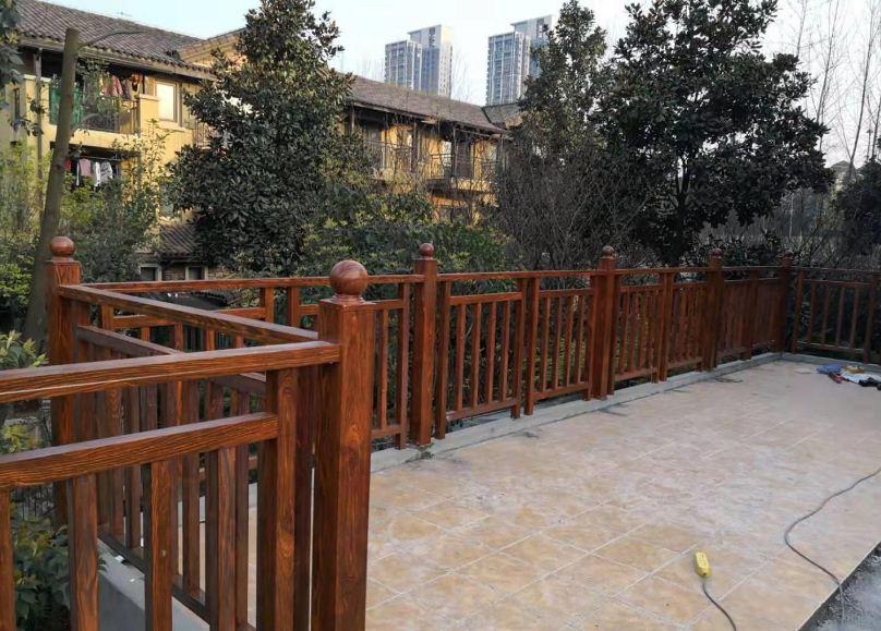 园林景观内都使用仿木护栏吗?