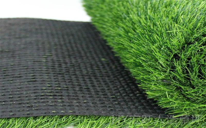 进行工程施工安装需要挑选合适的人工草坪
