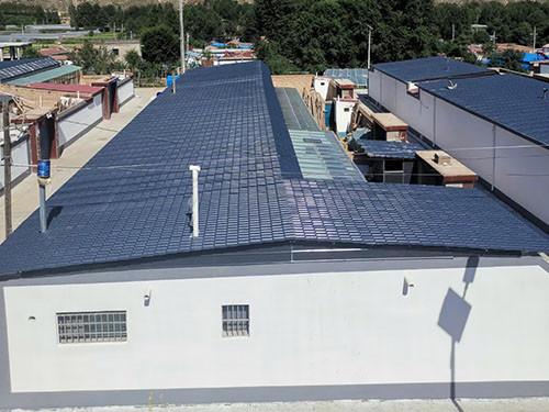 屋顶装修时选择彩钢瓦好还是合成树脂瓦好?
