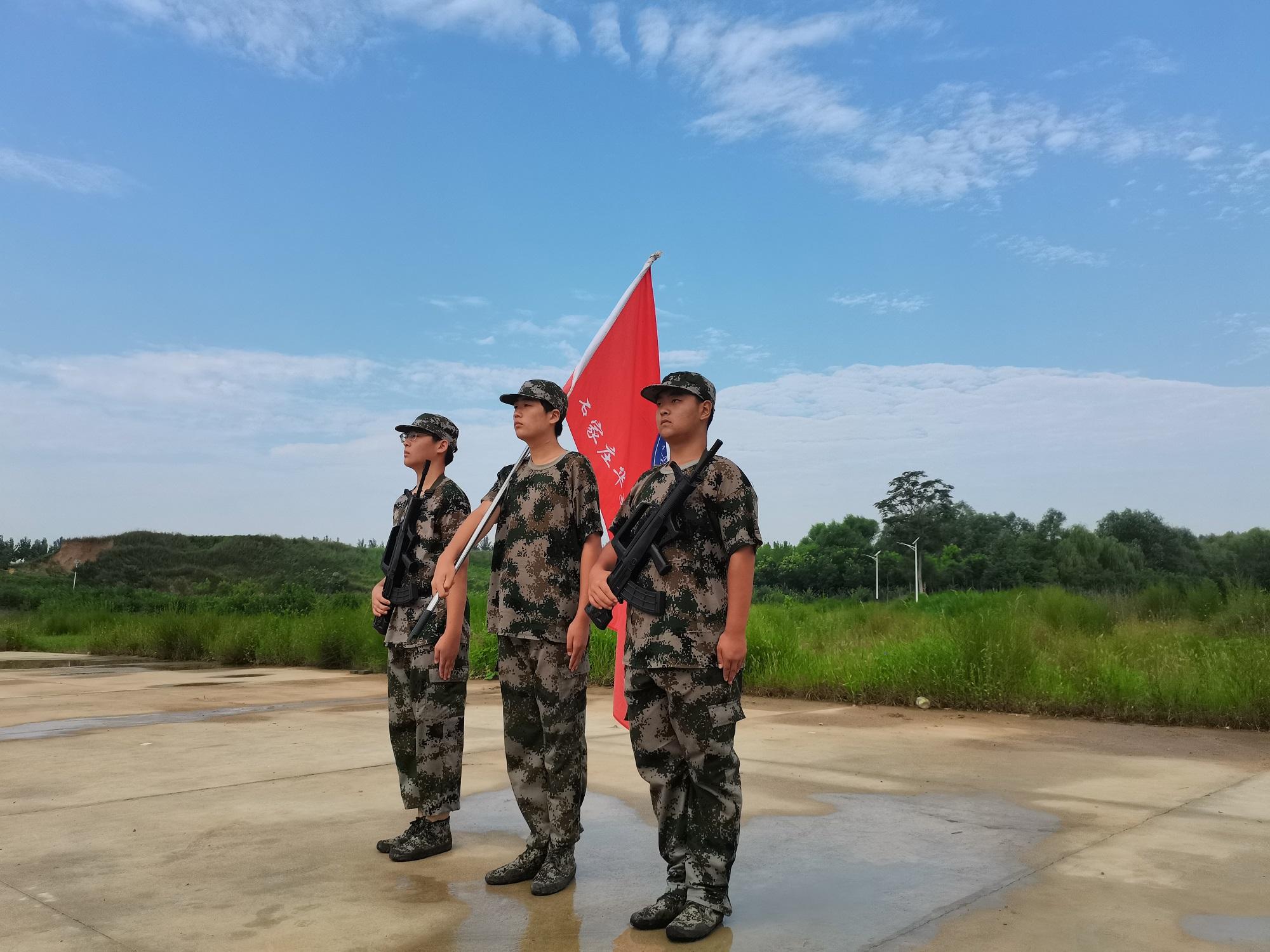 某高校新生军训结营仪式