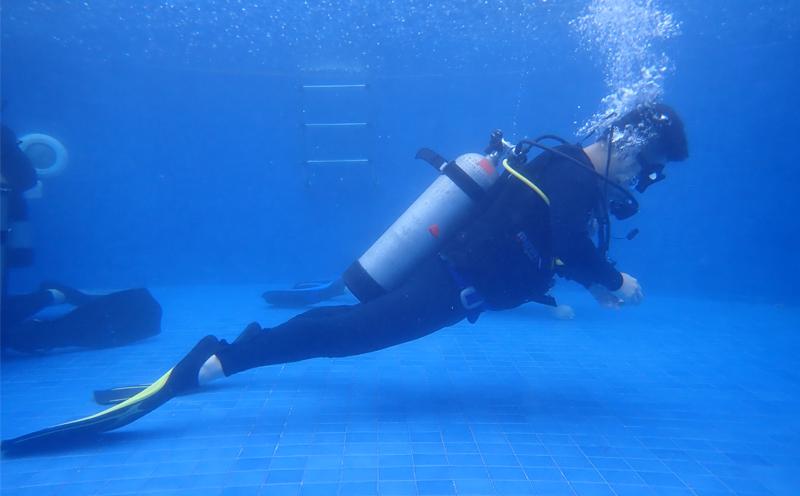 水肺潜水员该怎么进行耳压平衡和耳朵护理?