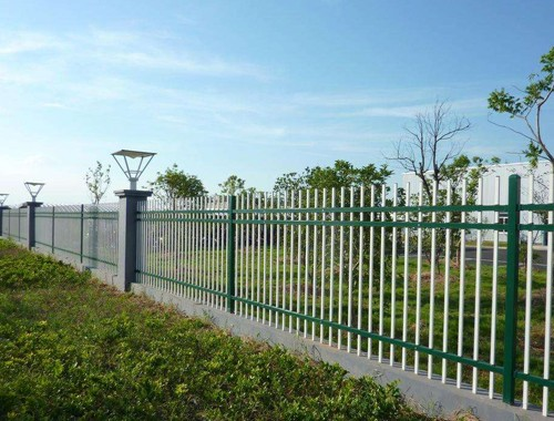 圍墻欄桿大多采用鋅鋼材質
