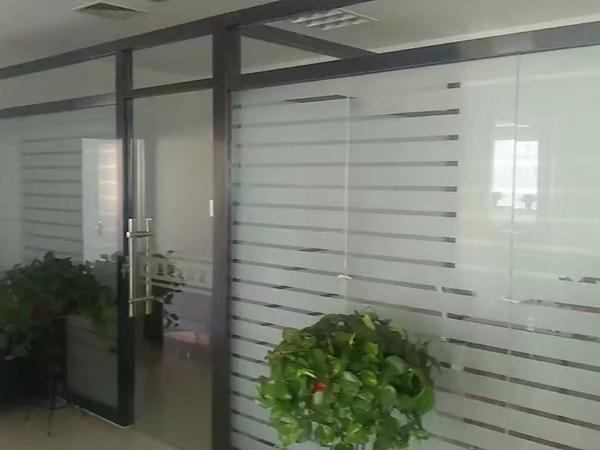 怎样固定不动办公玻璃隔断上的磨砂玻璃?
