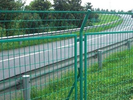 道路护栏网是重要的交通基础设施
